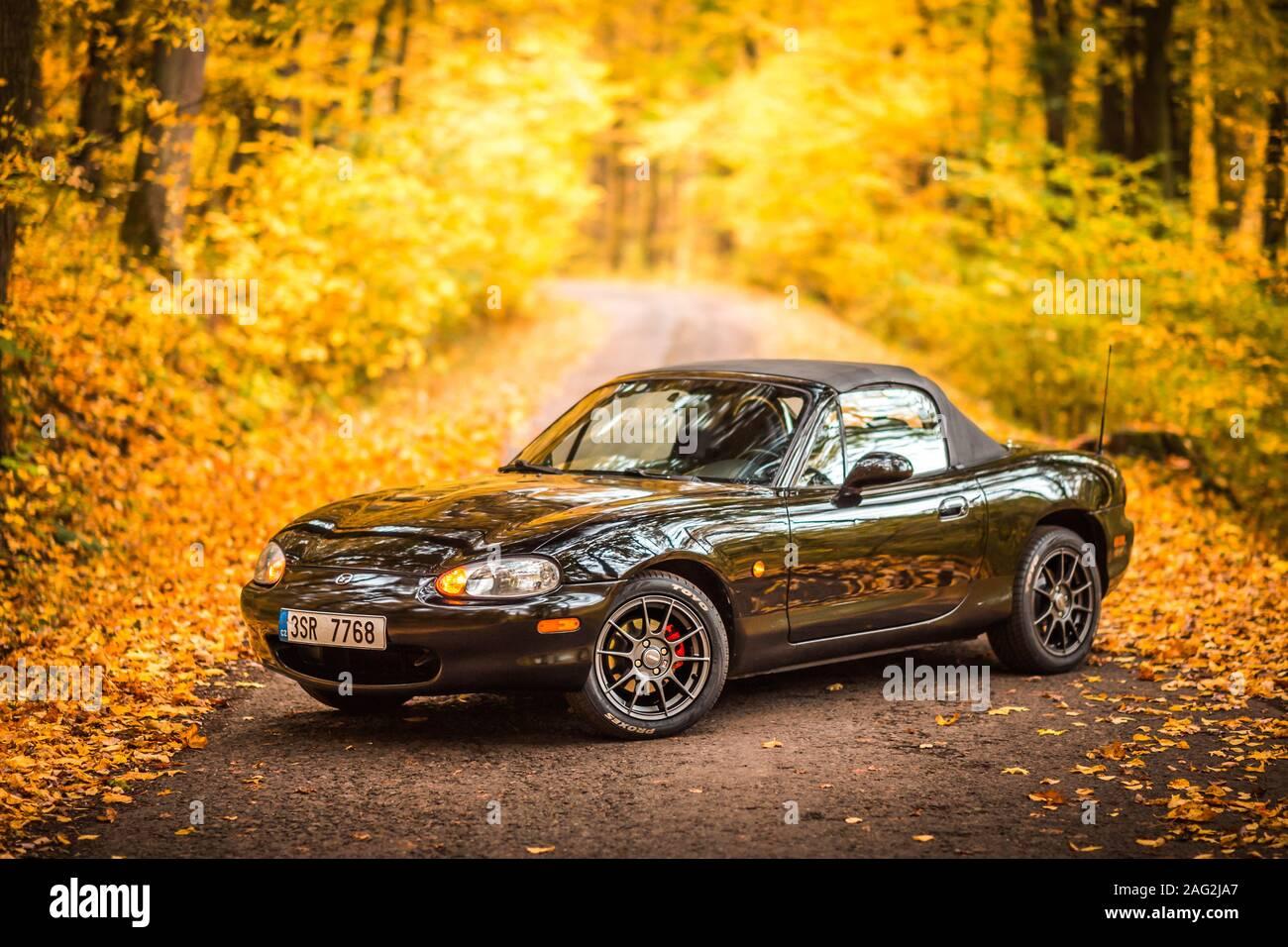 PRAGUE, RÉPUBLIQUE TCHÈQUE, octobre 2019: Mazda MX-5 Miata NB de deuxième génération, l'année de modèle 1999 sur une route forrest en automne avec de belles automne coloré Banque D'Images