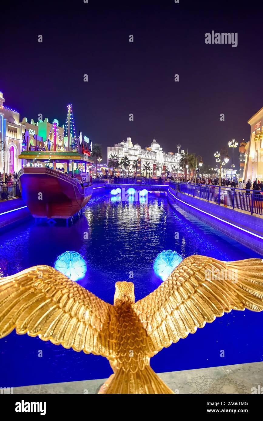 Village international de Dubaï, Dubaï, Émirats arabes unis, le 11 décembre 2019, le milieu piscine et vue de l'article Pays au Global Village Banque D'Images