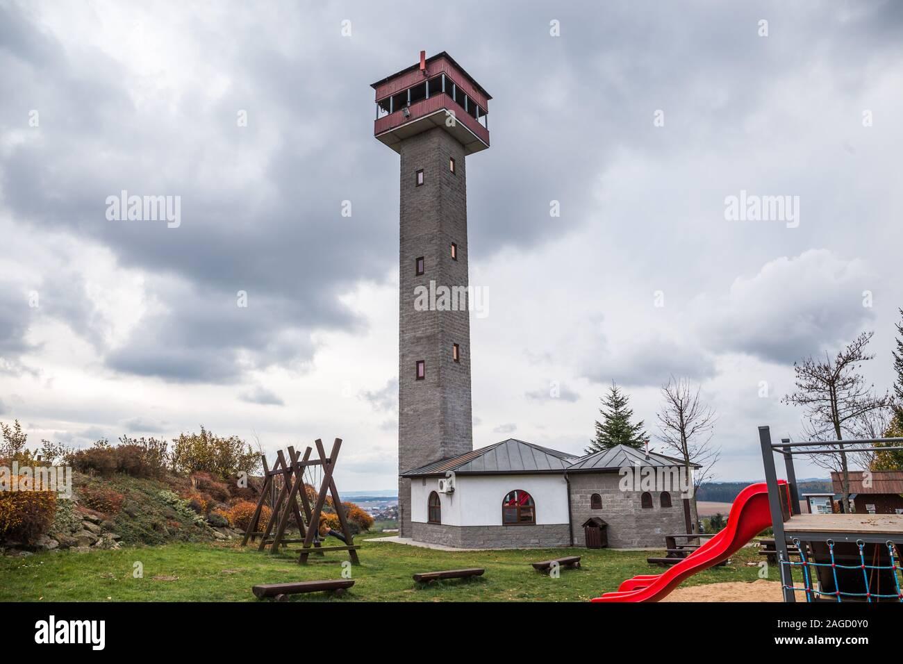 Lookout Tower Karasin en automne par temps couvert, République Tchèque Banque D'Images