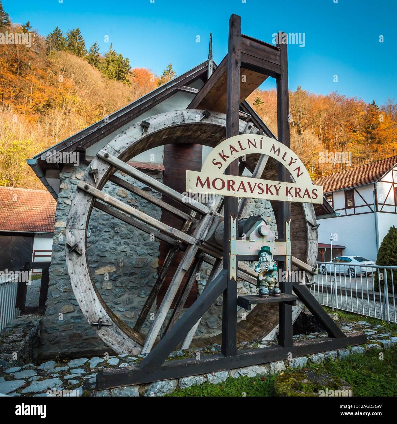 Le Karst morave, RÉPUBLIQUE TCHÈQUE - 29 octobre 2019 - Moulin à eau Skalni Mlyn dans le Karst Morave ou en tchèque Moravsky Kras. Porte de belles grottes et Banque D'Images