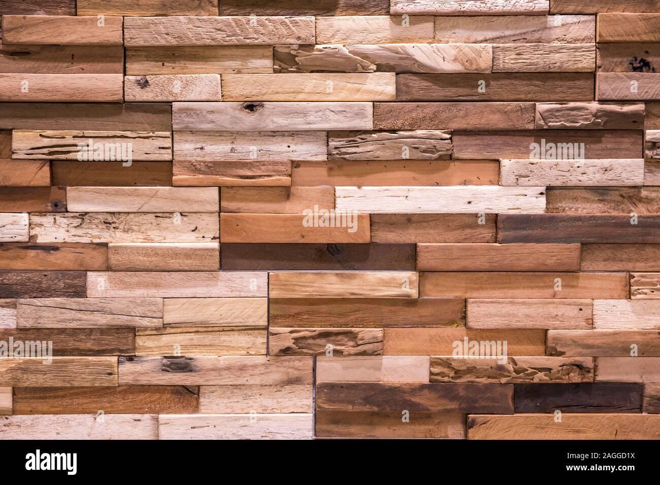 La texture du mur de brique en bois , fond de bois ,Belle Abstract tuiles, briques faites de différents types de bois. Banque D'Images