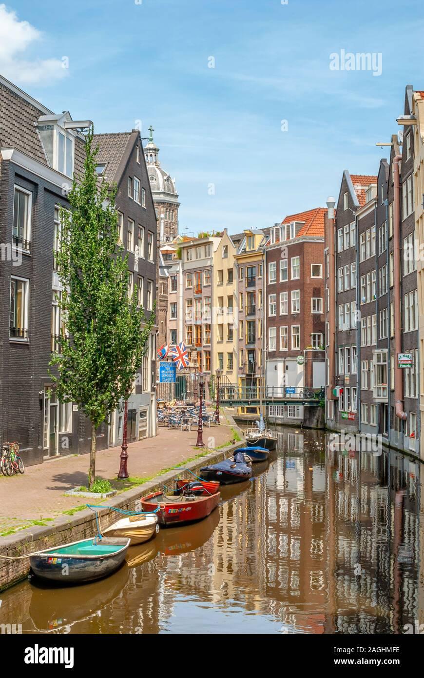 Bateaux à ramer dans un canal dans le centre d'Amsterdam, Pays-Bas Banque D'Images