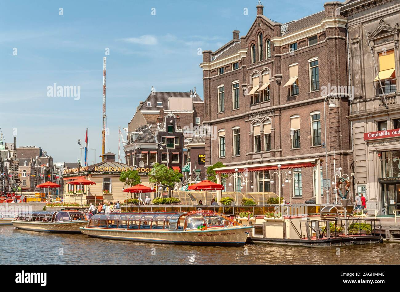 Bateaux à visiter dans un canal aquatique dans le centre-ville d'Amsterdam, Pays-Bas Banque D'Images