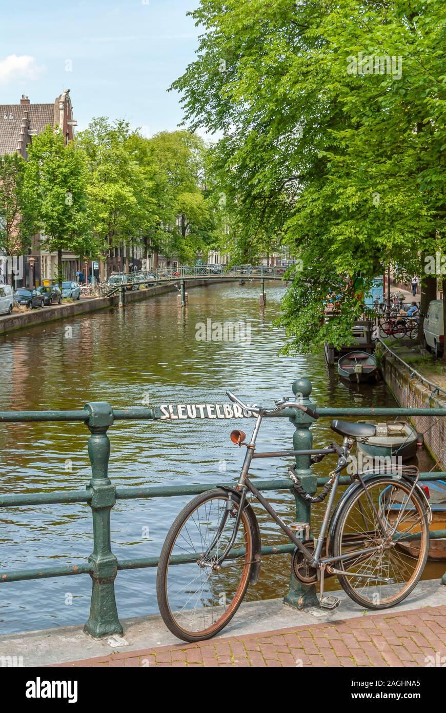 Vieux vélo sur le Sleutelbrug bridge dans le centre-ville d'Amsterdam, Netherlande Banque D'Images
