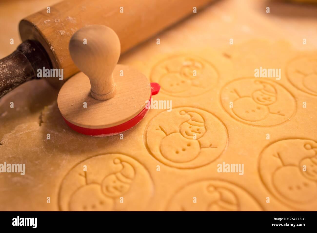 Boulangerie cookies de Noël avec de la pâte à biscuit et avec le thème de noël forme - thème de Noël pâte stamp, bonhomme. Banque D'Images