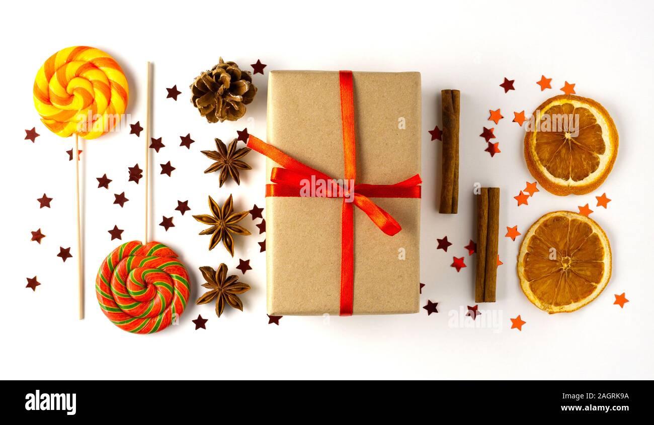 Concept créatif de nourriture photo célébration de jouets de Noël Boules de décoration avec un bonbon et sucette présente fort sur fond blanc. Banque D'Images
