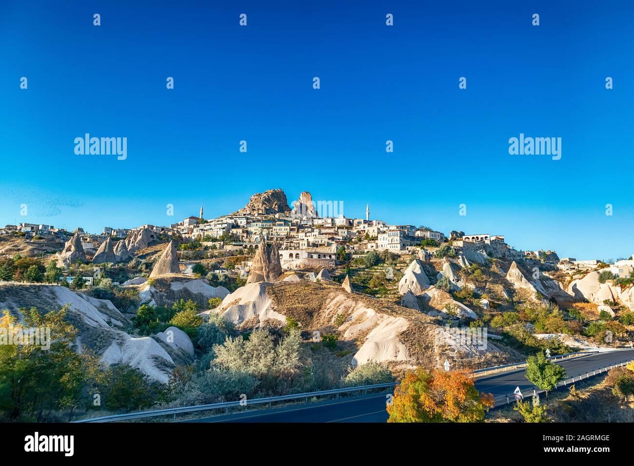 Vue sur la ville d'Uchisar. La ville grotte en Cappadoce. Turquie l'endroit idéal pour regarder des ballons d'air chaud Banque D'Images
