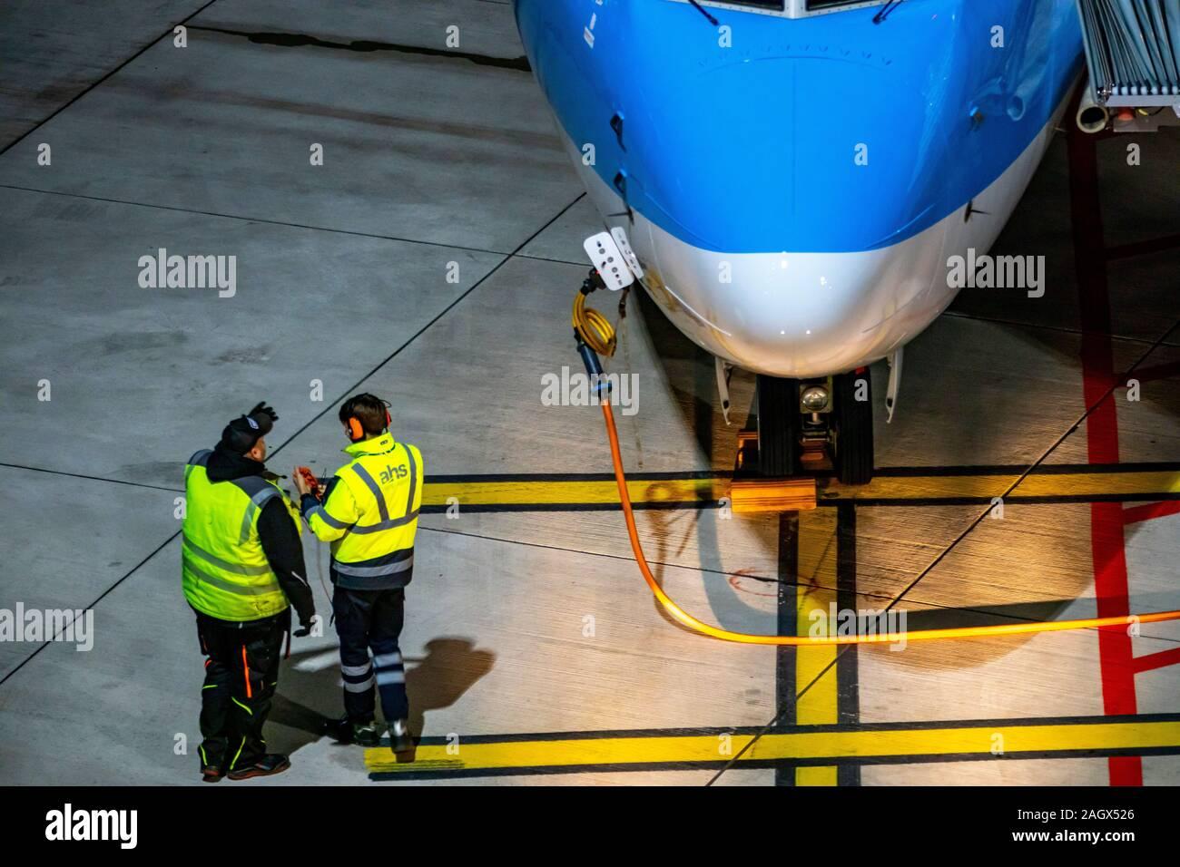 L'Aéroport International de DŸsseldorf, dus, d'aéronefs à la porte, il est fixé à l'aide de blocs de frein, Banque D'Images