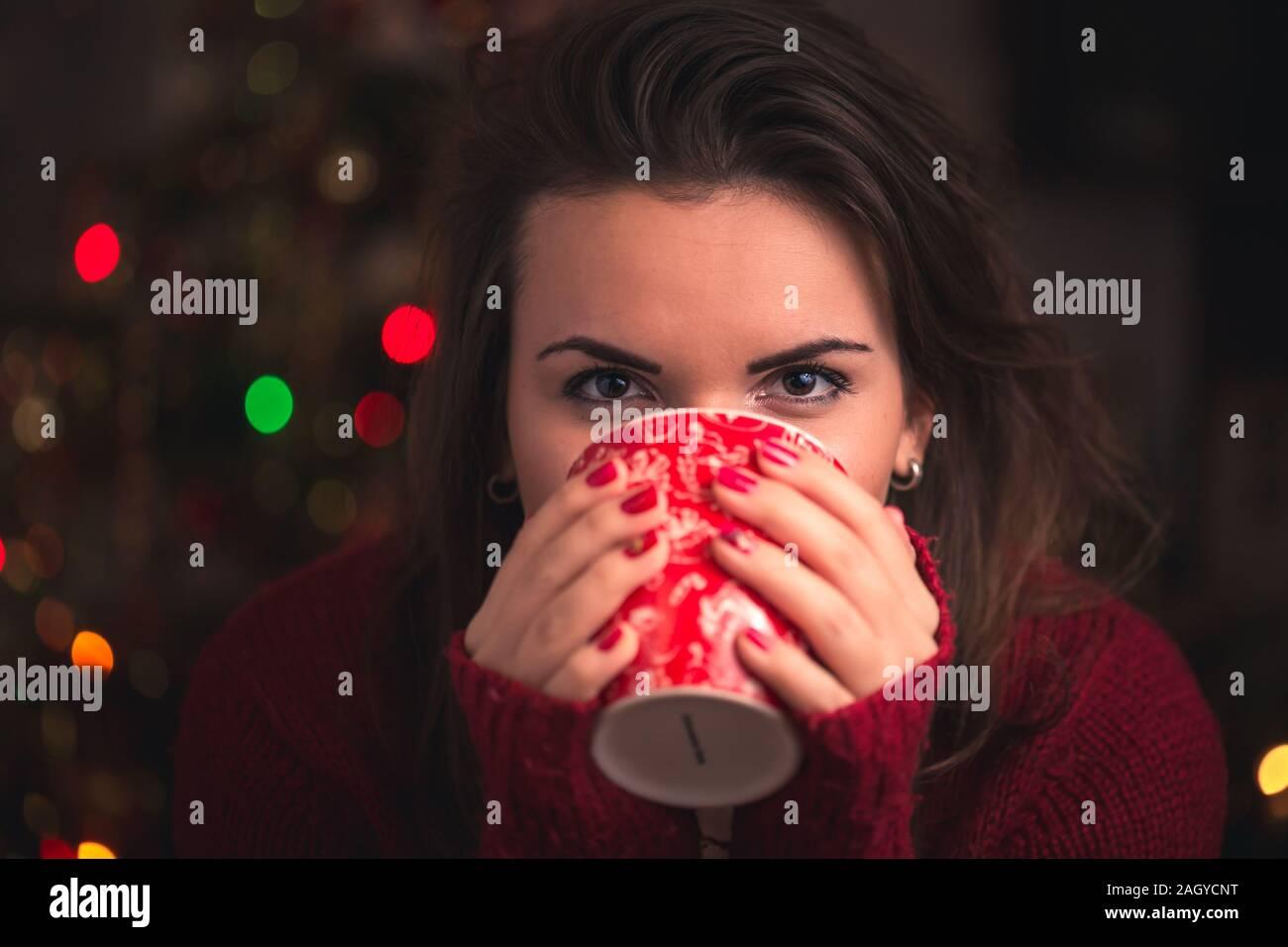 Woman winter cup avec motif de Noël nice close up sur fond de Noël. L'hiver et Noël concept. Banque D'Images