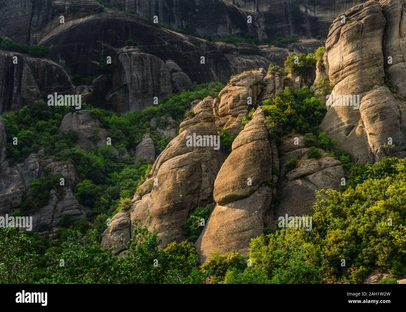Les arbres à feuilles caduques vert et de montagne en Grèce close up l'horizontale Banque D'Images