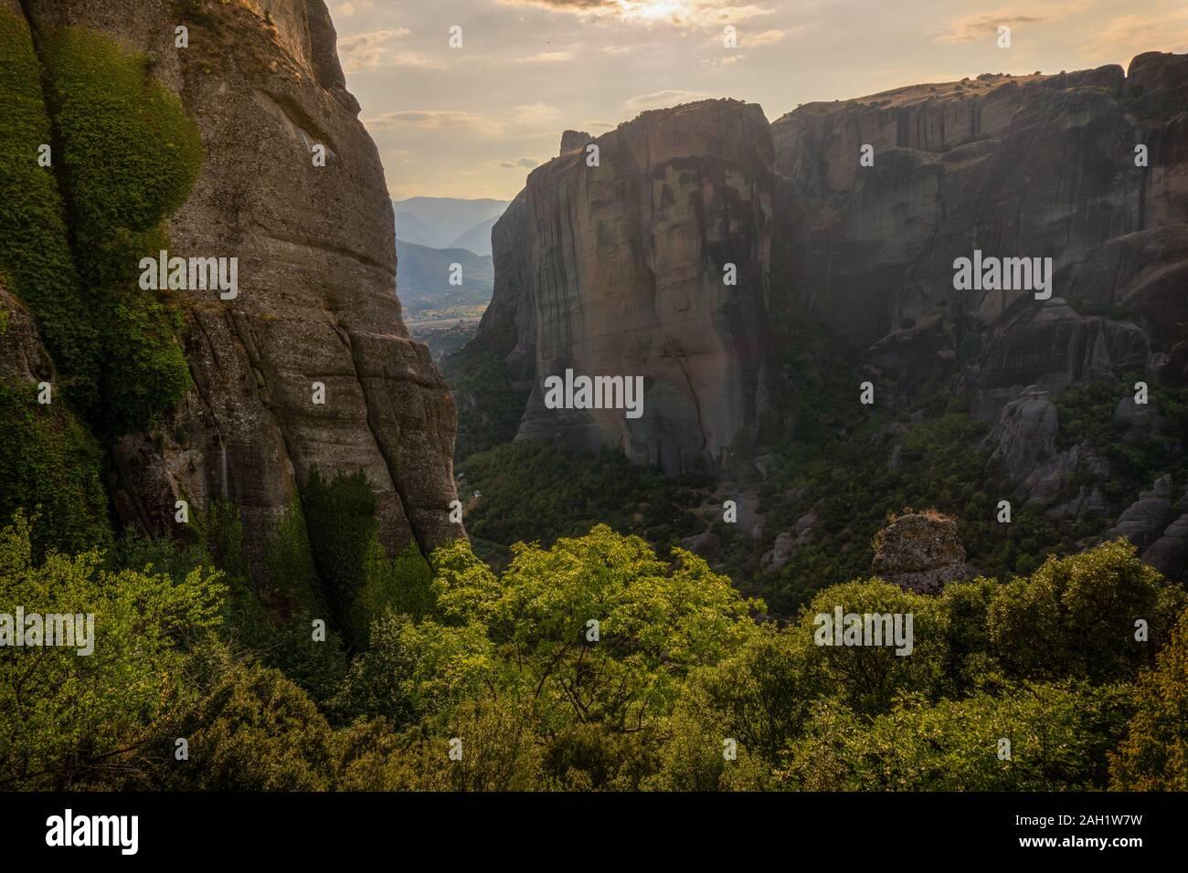 De hautes montagnes et le vert des arbres contre le ciel l'horizontale Banque D'Images