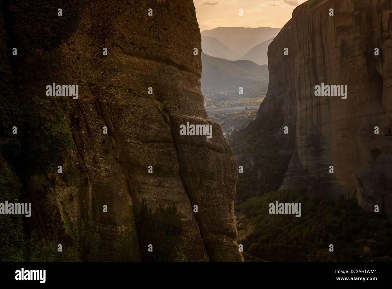 De hautes montagnes et d'arbres contre le ciel en Grèce l'horizontale Banque D'Images