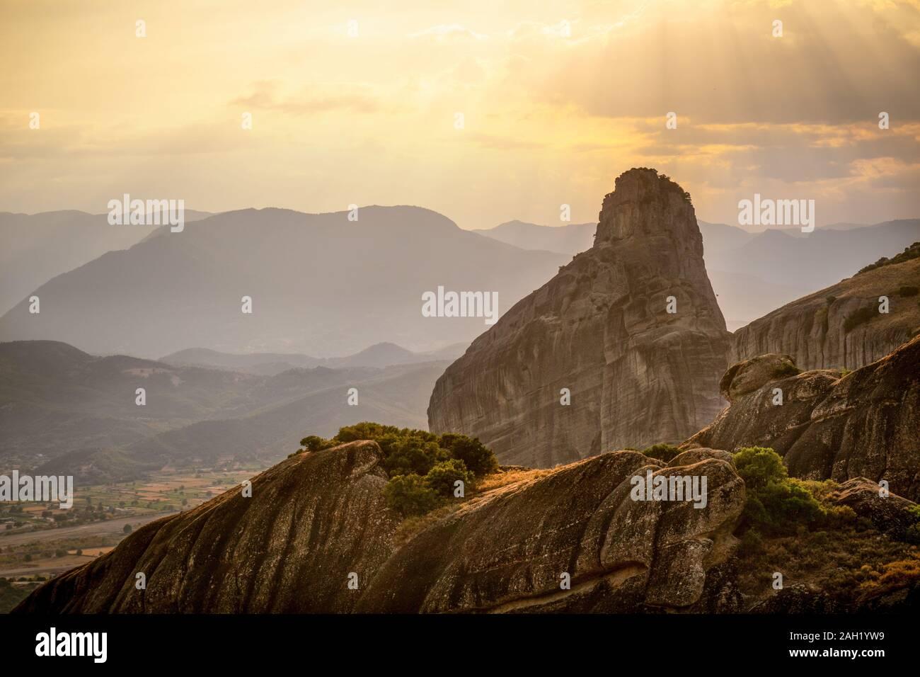 De hautes montagnes contre un ciel brumeux horizontale en Grèce Banque D'Images