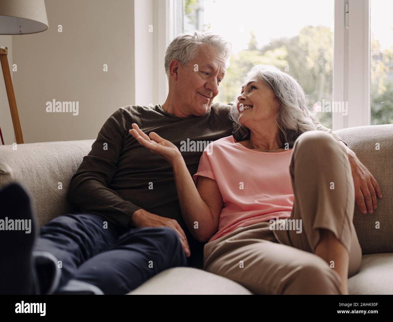 Happy senior couple relaxing at home Banque D'Images