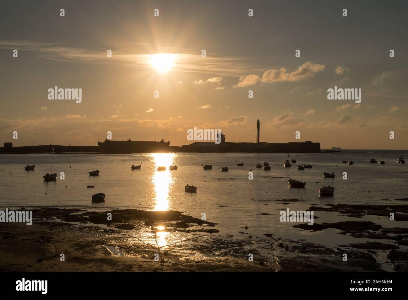 Port et Castillo de San Sebastián, Cádiz, Espagne au coucher du soleil Banque D'Images