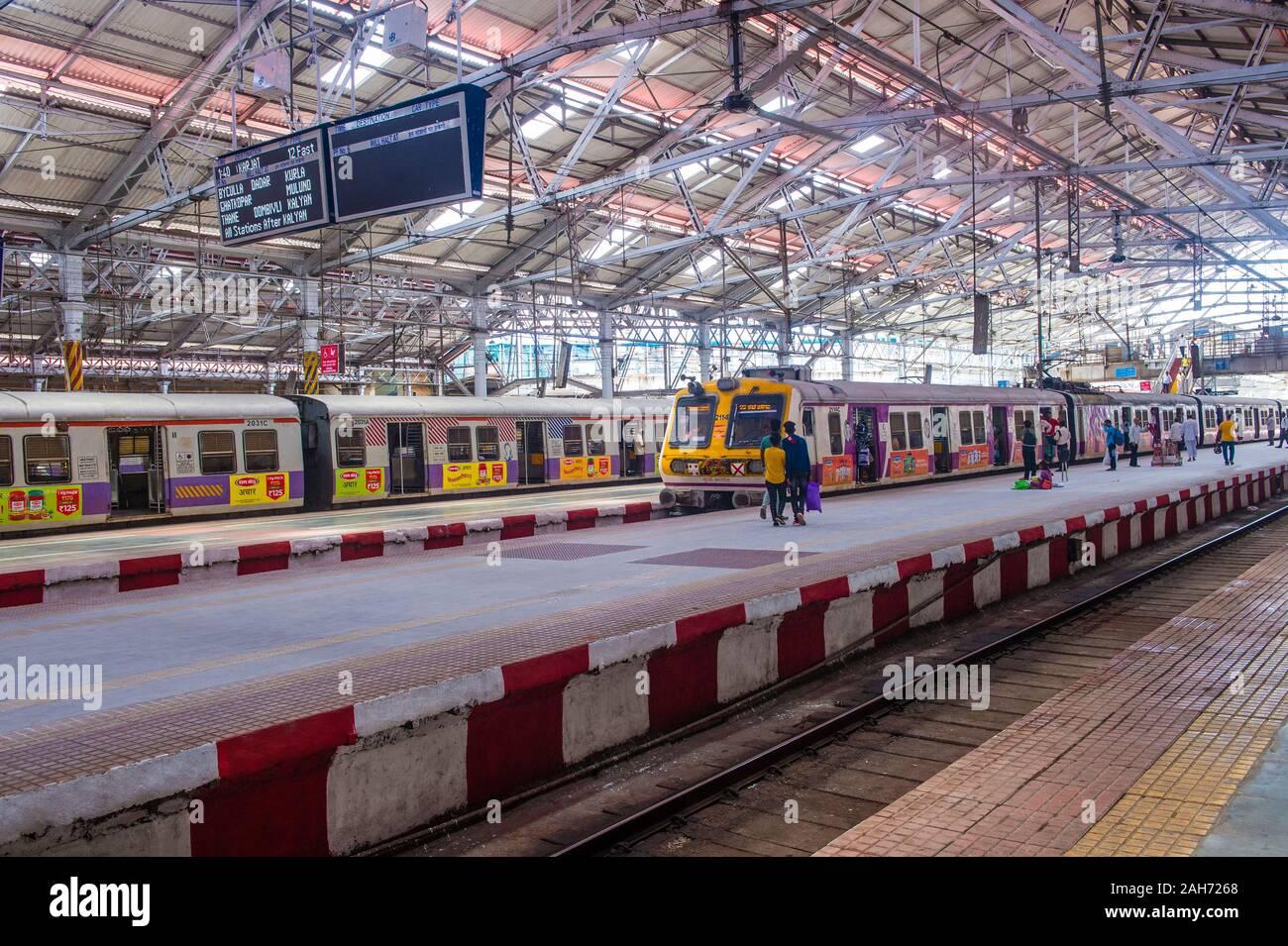 Le réseau ferroviaire de banlieue de Mumbai, Inde Banque D'Images