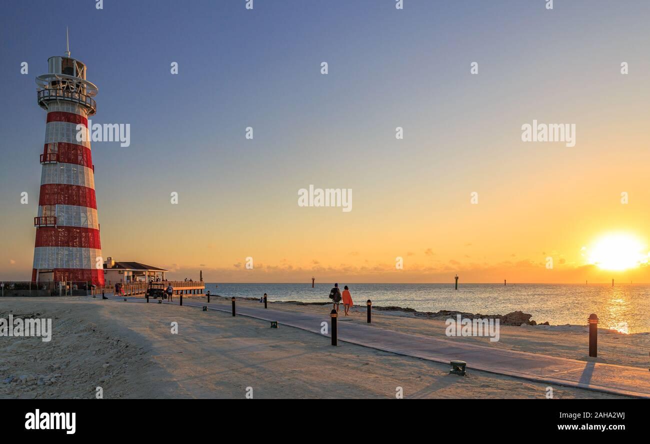 Coucher du soleil avec le phare sur une île des Bahamas Banque D'Images
