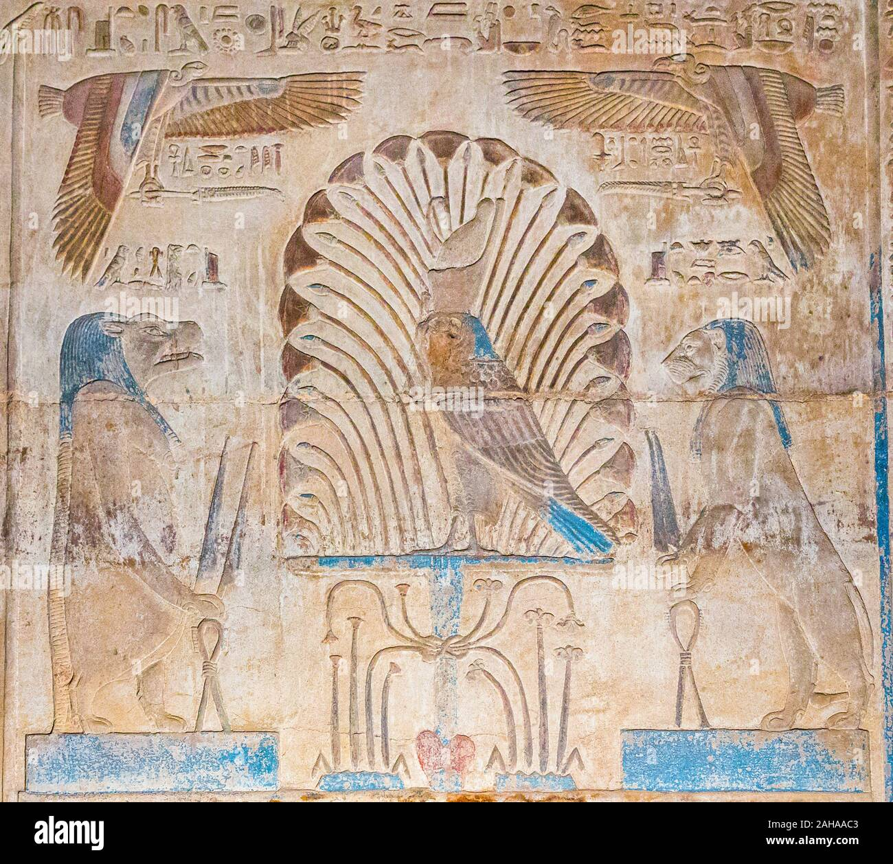 Thèbes en Egypte, Karnak temple ptolémaïque, site de l'OFFT. Horus comme un faucon se dresse sur un Sema-Tawy (union des terres 2). Banque D'Images