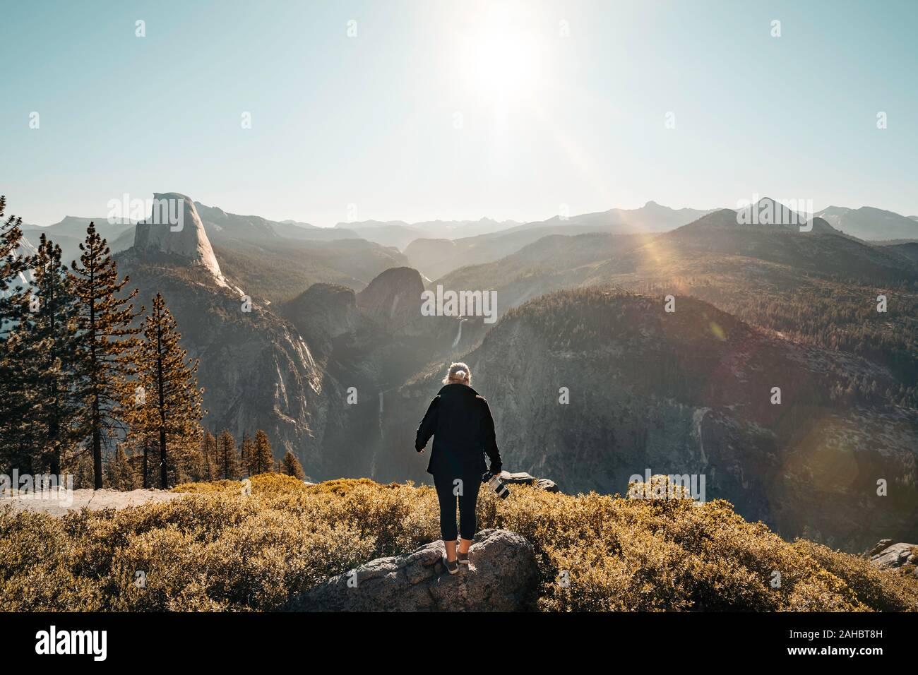 Vue sur la vallée de Yosemite avec Halfdome paysage en arrière-plan Banque D'Images