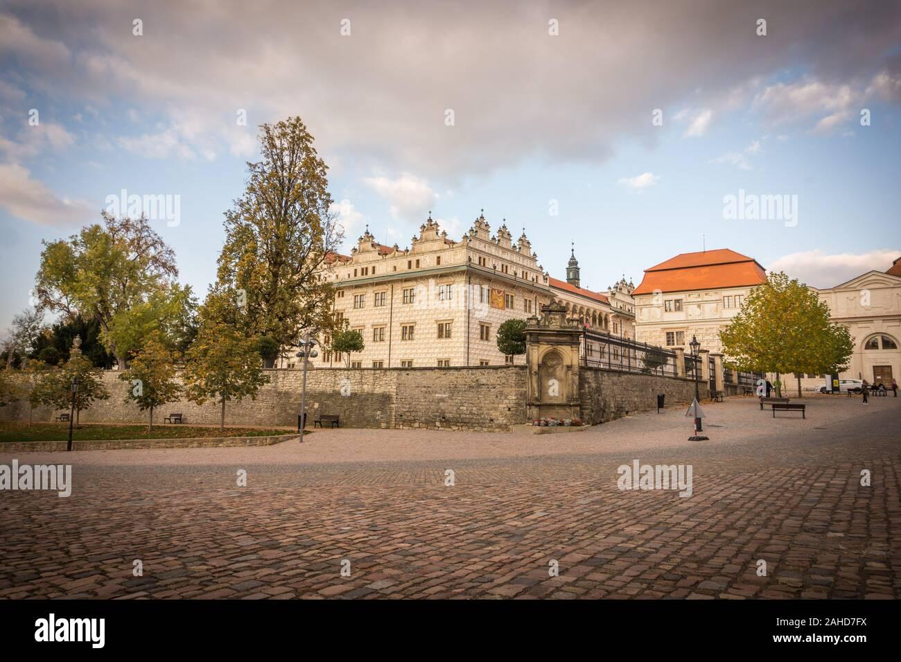 Avis de Litomysl château, l'un des plus grands châteaux de la Renaissance dans la République tchèque. UNESCO World Heritage Site. Wethe ensoleillé avec peu de nuages dans le Banque D'Images