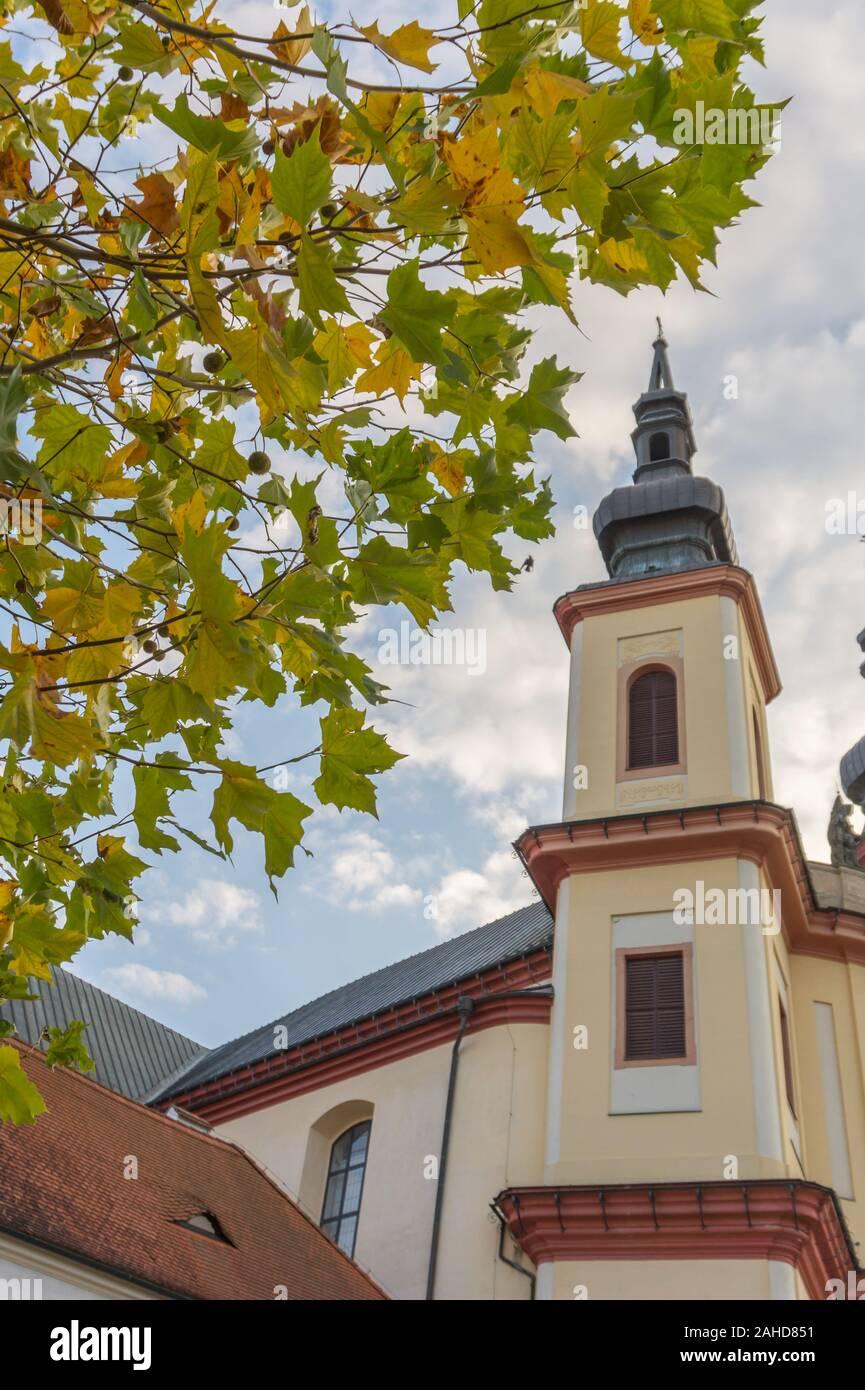 Litomysl, Czech Republic, Tour de Église de la découverte de la Sainte Croix avec des feuilles en automne, l'Église est de style baroque. Dans la langue tchèque Banque D'Images