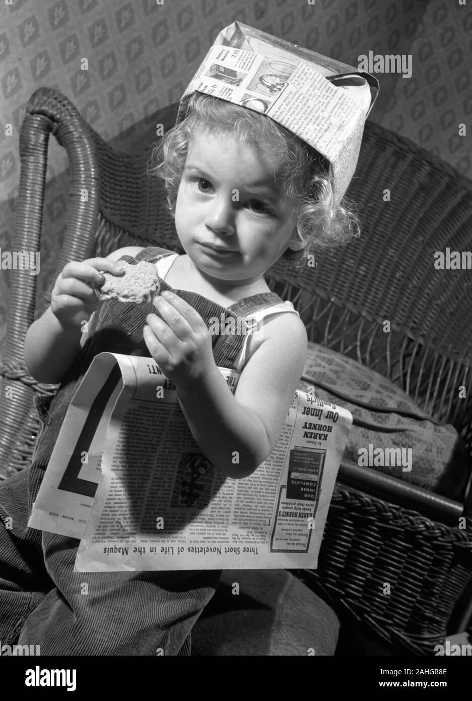 Fille avec un journal hat Banque D'Images