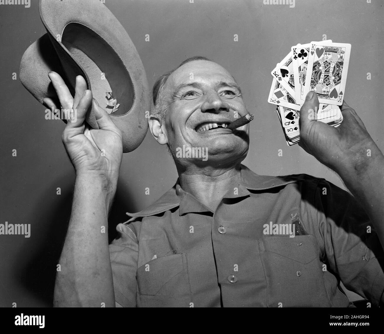 Photo d'un homme avec les cartes à jouer 1946 Banque D'Images