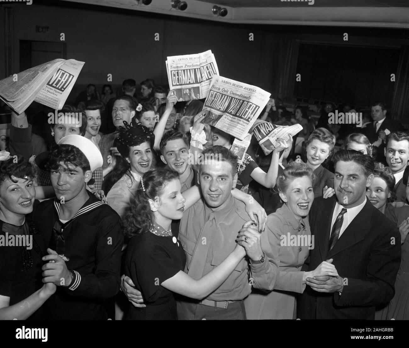 Servicement et d'autres célèbrent la capitulation de l'Allemagne pendant la Seconde Guerre mondiale, à Akron dans l'Ohio le 7 mai 1945 Banque D'Images