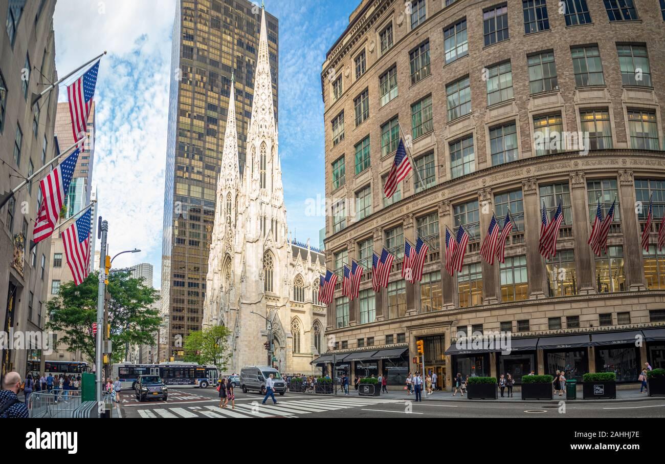 Manhattan, New York City, États-Unis d'Amérique - la cathédrale St Patrick à côté de Rockefeller Center Plaza, 5e ave, festival de rue, des drapeaux américains Banque D'Images