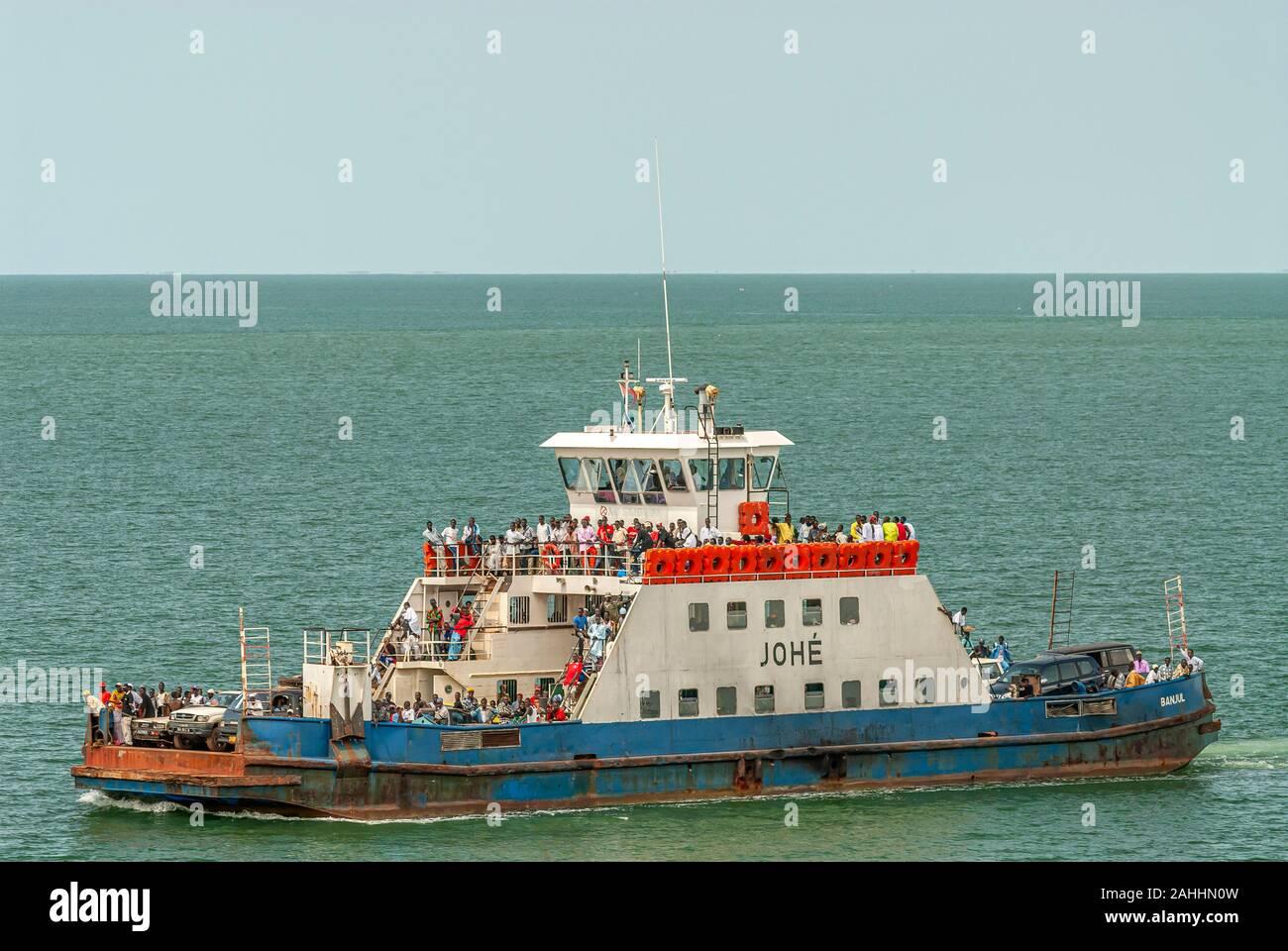 Ferry avec les habitants du port de Banjul, Gambie, Afrique de l'Ouest Banque D'Images