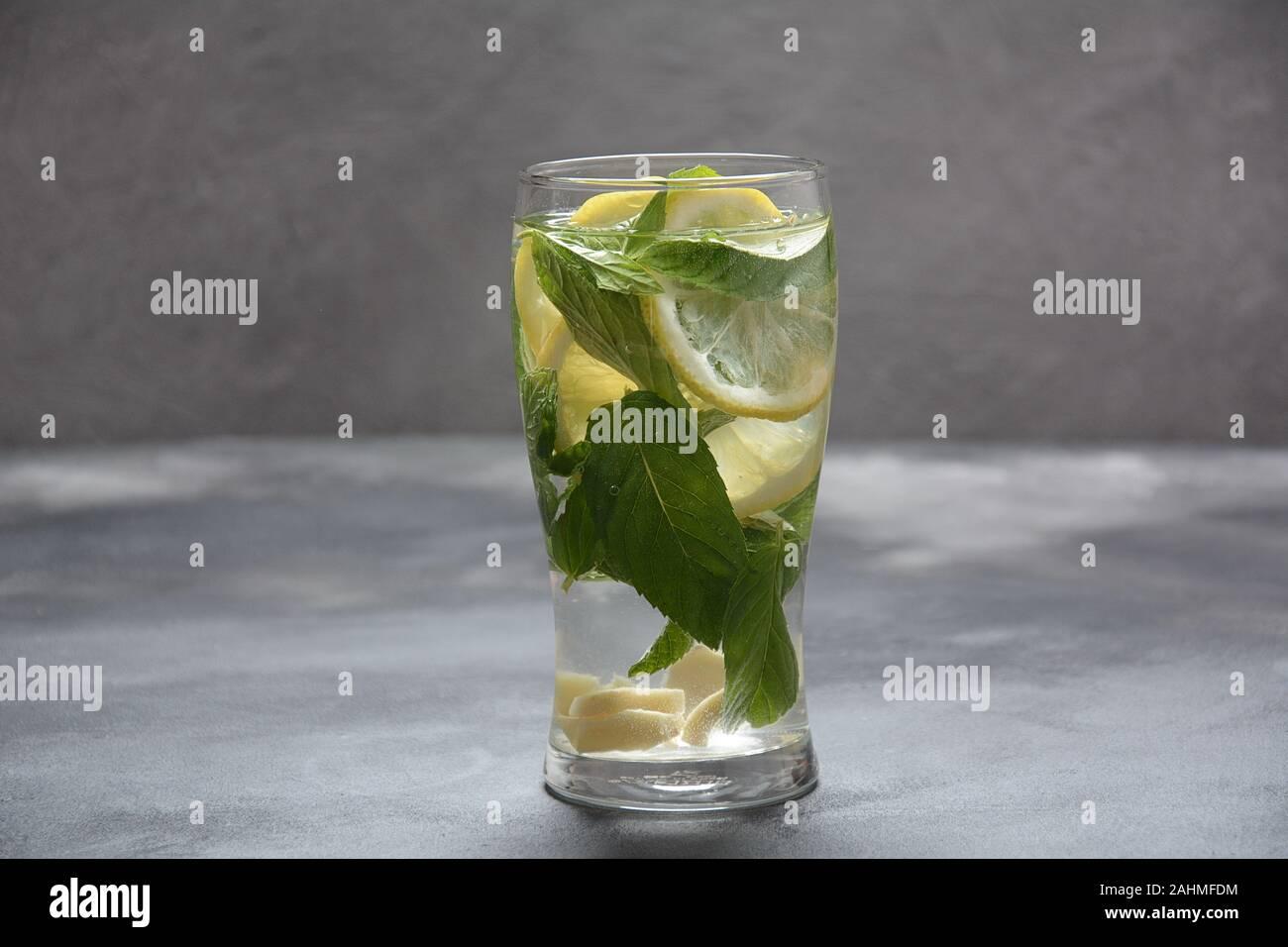 Détox d'eau avec citron et concombre frais, sur fond sombre, foyer sélectif. Limonade froide Banque D'Images