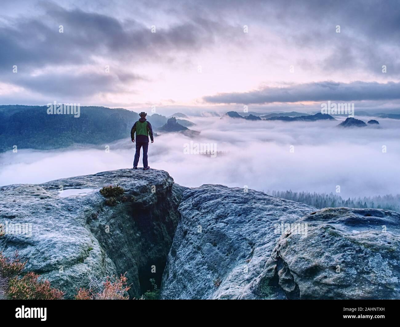 Les hommes sur la montagne de profiter vue aérienne avec bras levés au-dessus des nuages de Vie Voyage aventure concept Réussite Banque D'Images