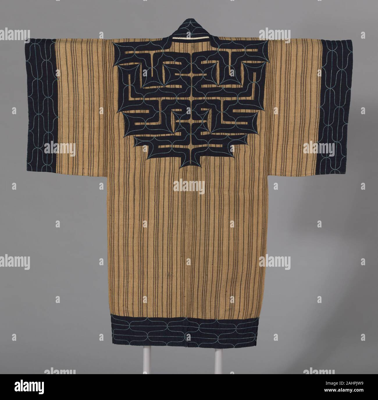 Ainu. Attus Amip (Man's Coat). 1850-1870. Le Japon. L'écorce de l'orme, à armure toile fibre; centre du dos et bords extérieurs toiles appliquées avec du coton, à armure toile, sur fond avec du coton, à armure toile, brodé de coton en amorçant un travail et portées de fibre ce manteau, vu ici dans sa couleur naturelle, est faite à partir de l'écorce interne de l'ohy? Arbre, un membre de la famille de l'orme. Les motifs géométriques sont faits de coton teint à l'indigo fixé avec une toile appliquée techinque. Banque D'Images