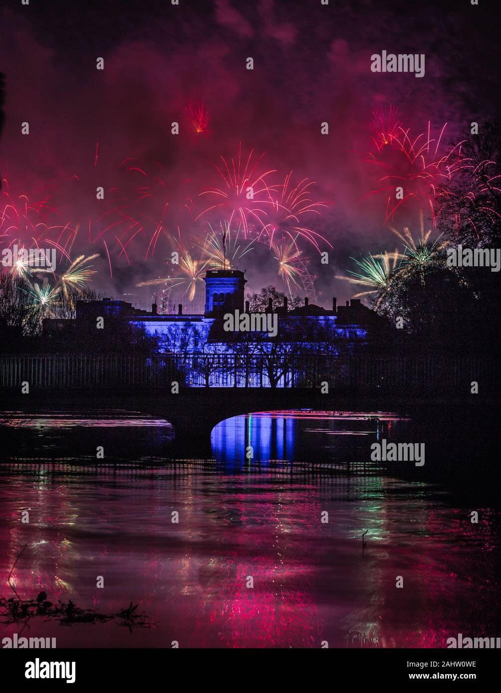 D'artifice à Londres est en cours avec la nouvelle année de 2020 commence Banque D'Images