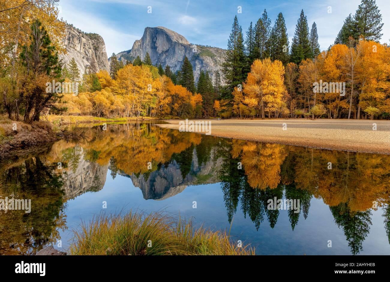 Tomber en dessous de la moitié Dome à Yosemite National Park CA USA World Emplacement. Banque D'Images