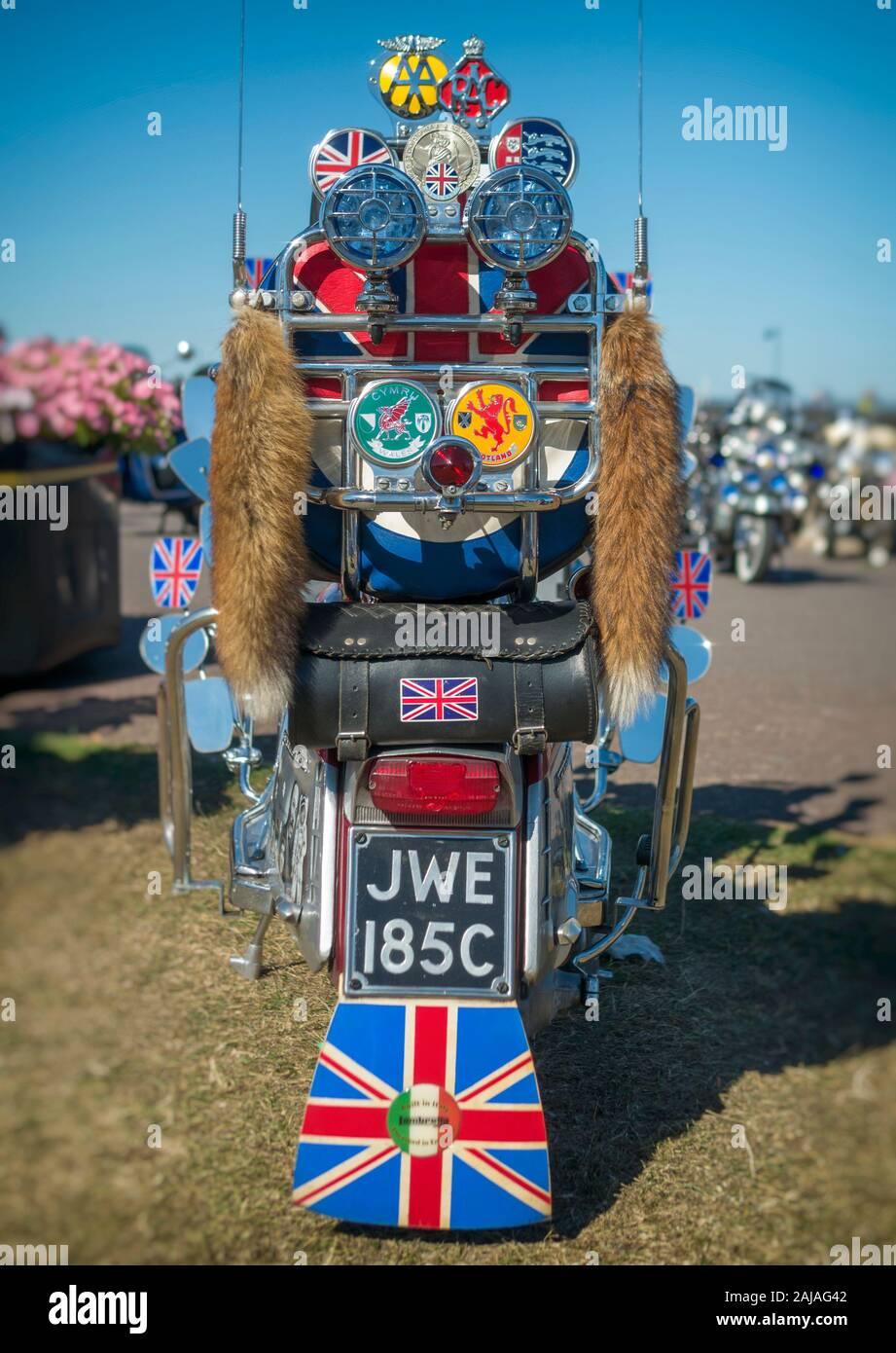 Vue arrière d'un Scooter Lambretta avec insignes et lumières Banque D'Images