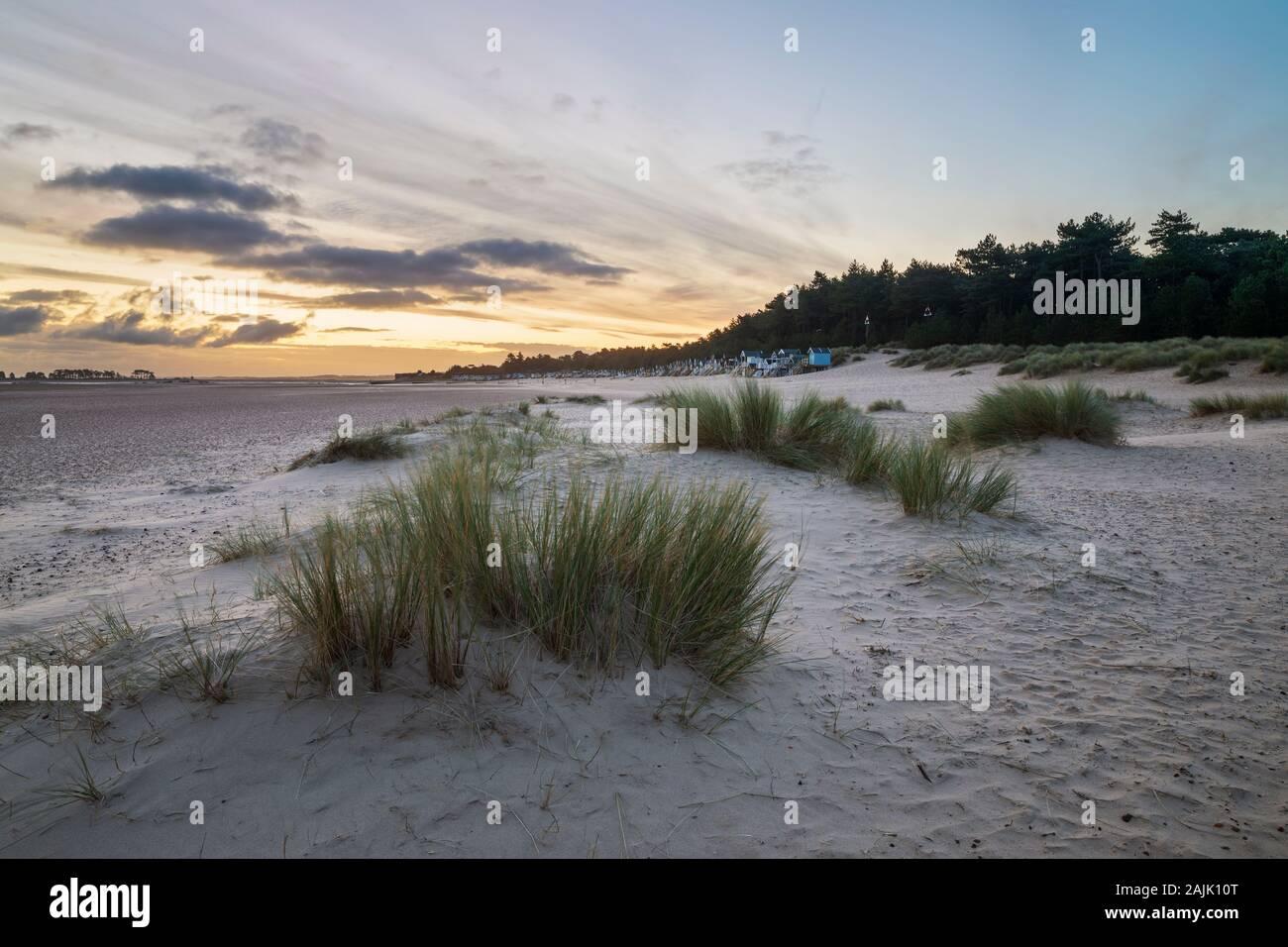 Lever du soleil sur les huttes de plage et les dunes de sable de Wells à côté de la plage de la mer, Wells-Next-the-Sea, Norfolk, Angleterre, Royaume-Uni, Europe Banque D'Images