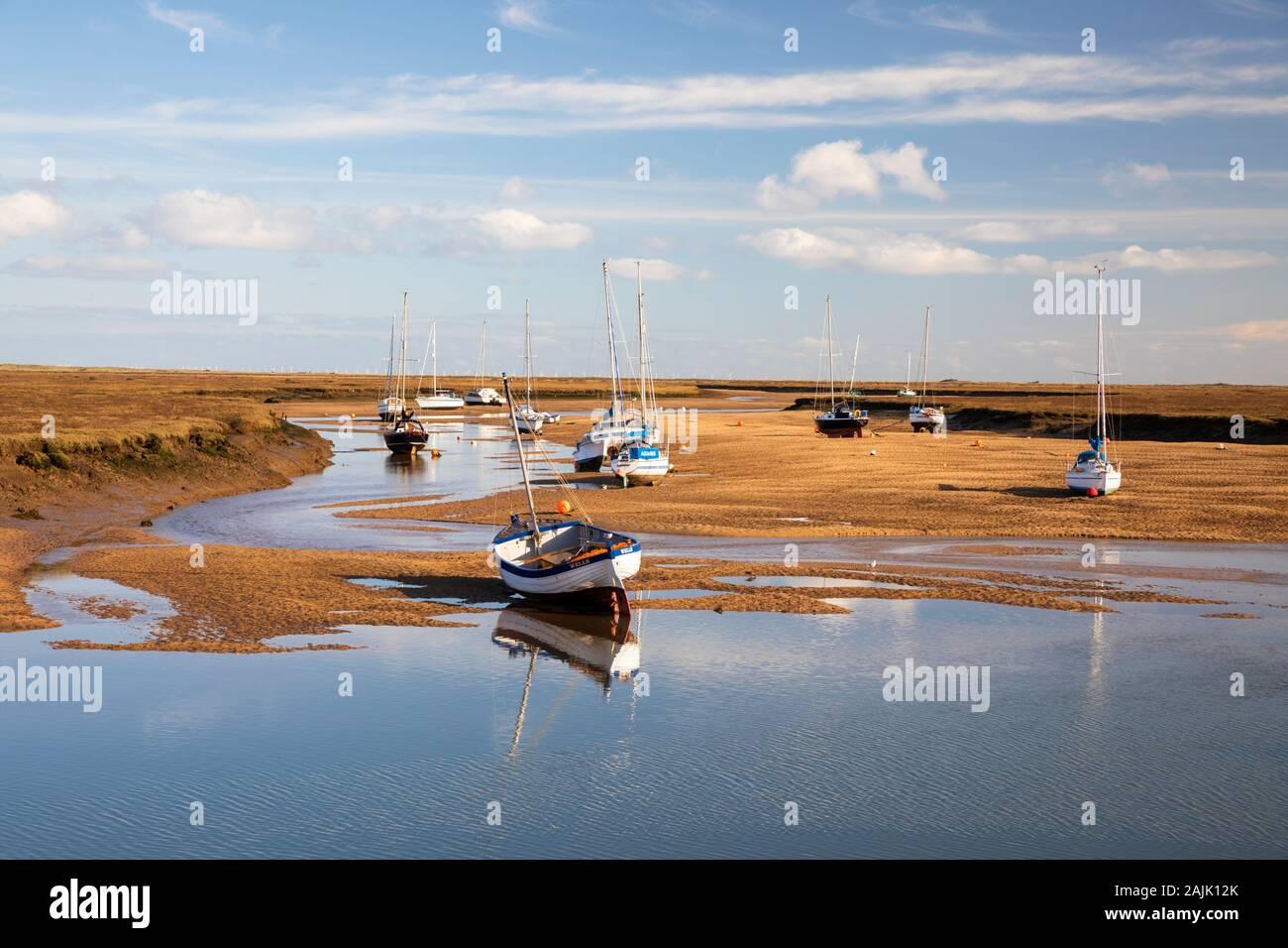 Bateaux sur le sable de la flotte de l'est à marée basse, Wells-next-the-Sea, Norfolk, Angleterre, Royaume-Uni, Europe Banque D'Images
