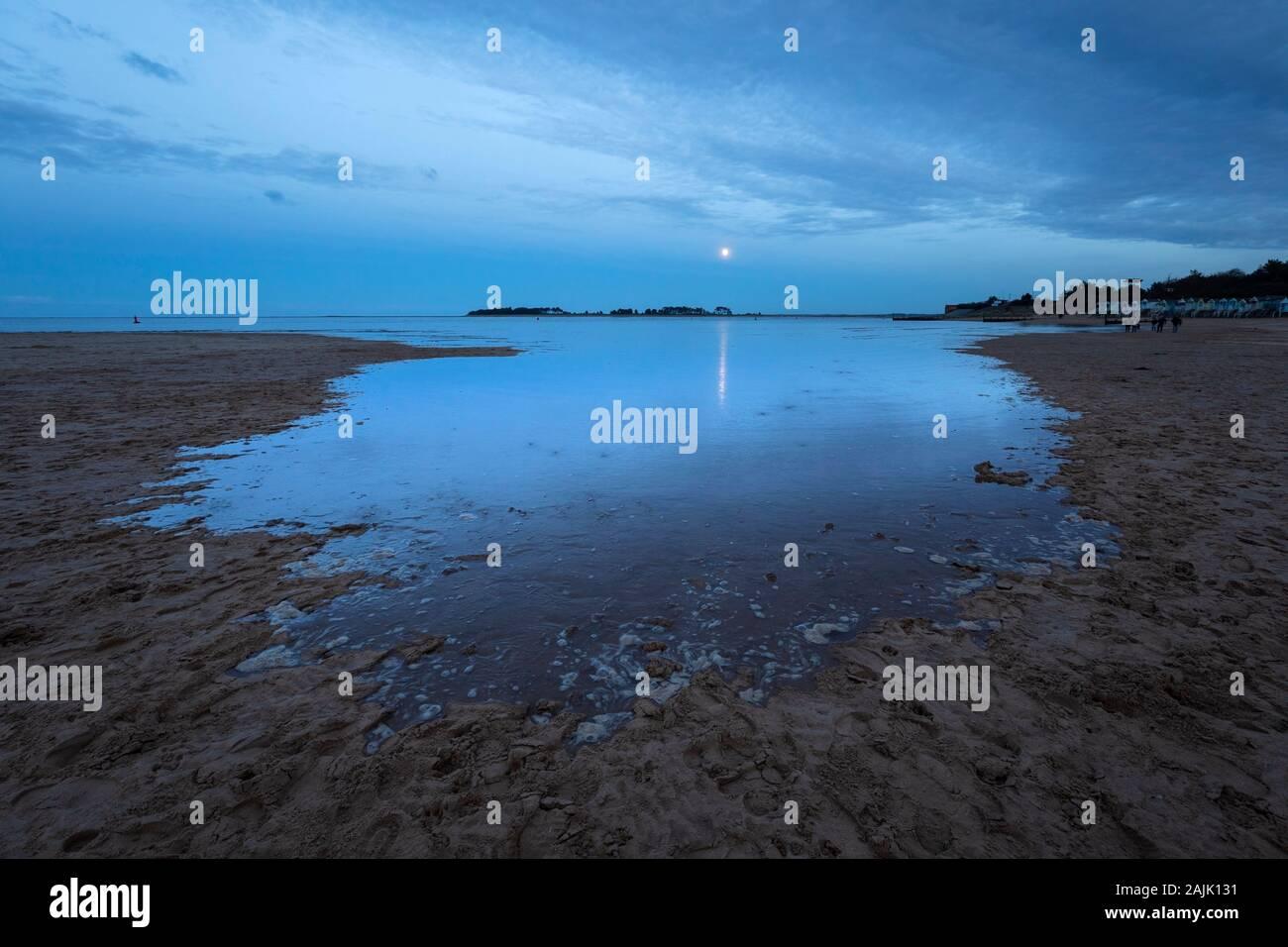 Marée à venir au crépuscule avec pleine lune sur Wells à côté de la plage de la mer, Wells-Next-the-Sea, Norfolk, Angleterre, Royaume-Uni, Europe Banque D'Images