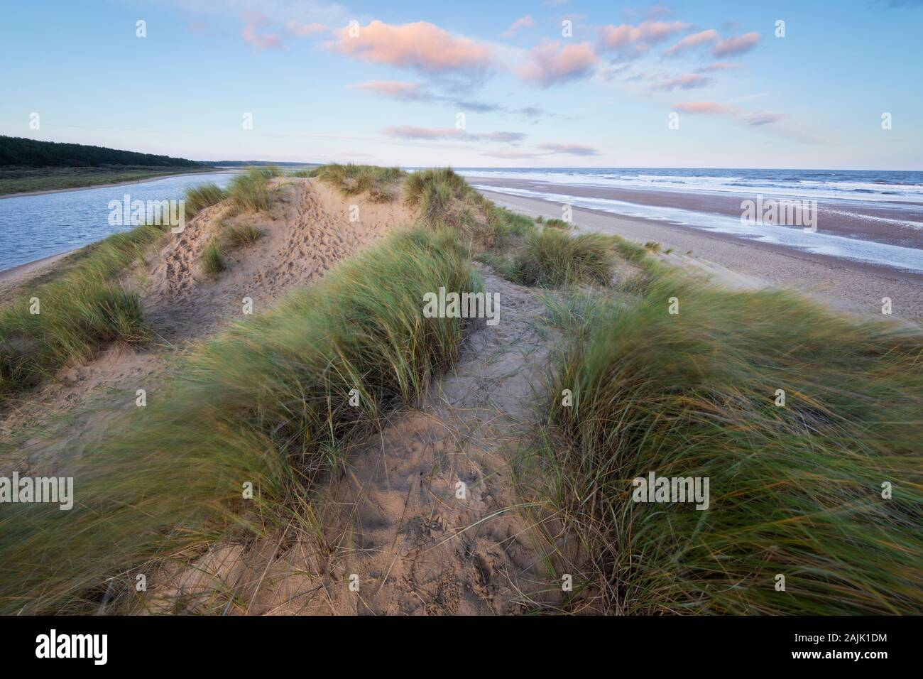 Lever du soleil sur les dunes de sable de Wells près de la plage de la mer à marée haute, Wells-Next-the-Sea, Norfolk, Angleterre, Royaume-Uni, Europe Banque D'Images
