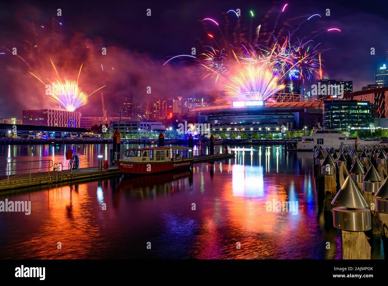 New Year's Eve Fireworks pour 2020 à Docklands, Melbourne, Australie Banque D'Images