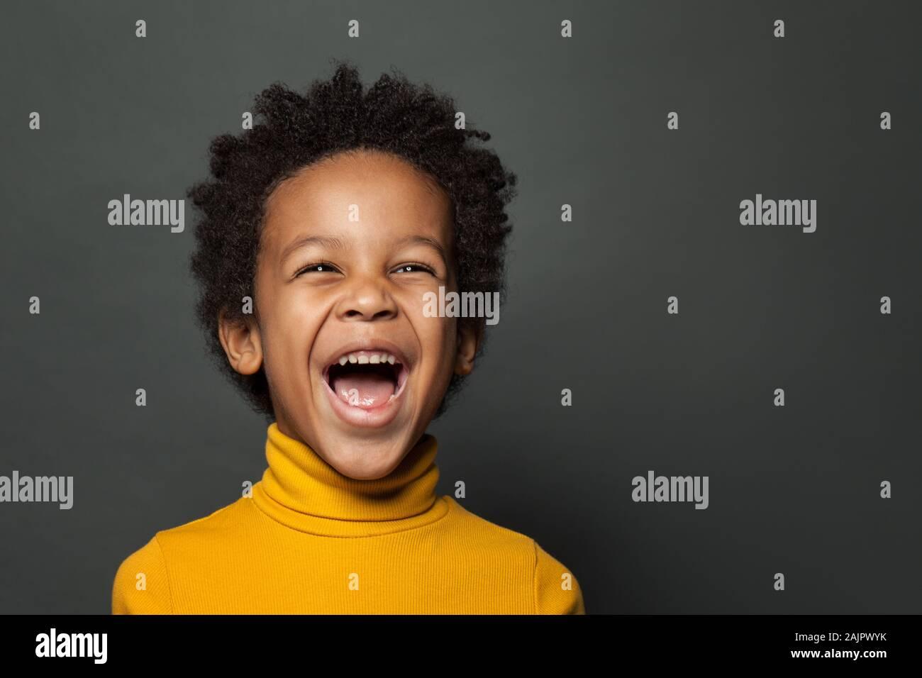Petit garçon enfant noir de rire. Closeup portrait Banque D'Images