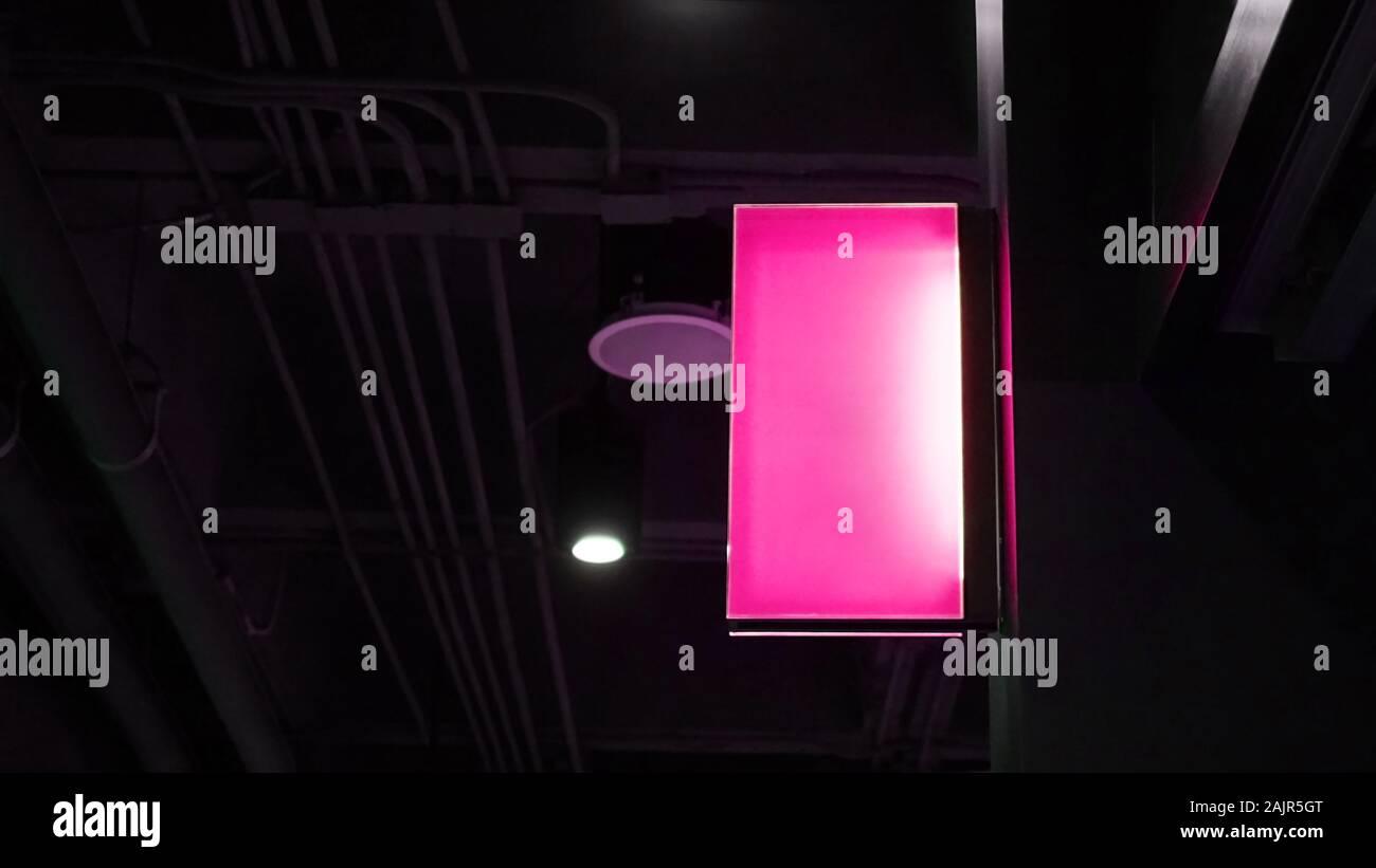 Neon A Accrocher Au Mur purple neon signage photos & purple neon signage images - alamy