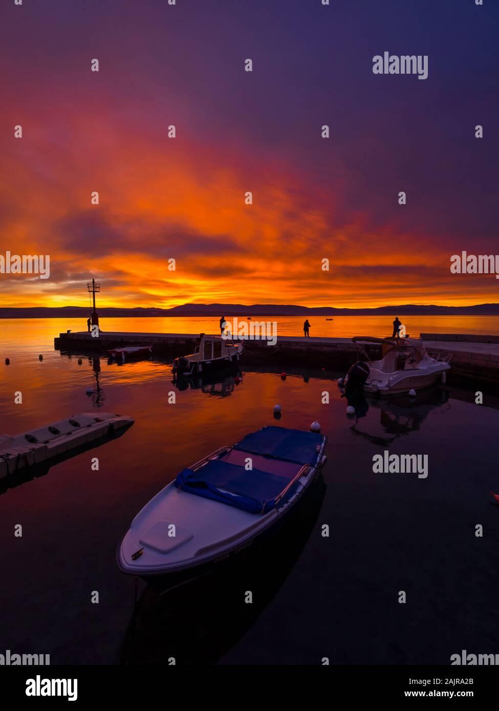 Les pêcheurs avant le coucher du soleil paysage dans petit port à Malinska en Croatie l'atmosphère paisible ciel glorieux seawall Ribarsko selo Haludovo Kvarner Banque D'Images