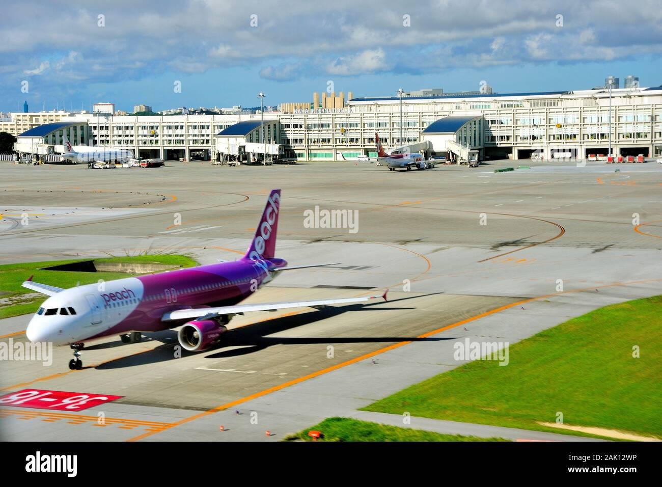 Aéroport De Naha (Roha), Aérien, Avec Airbus Peach Aviation, A 320, En Attente De Départ, Naha, Okinawa, Japon Banque D'Images