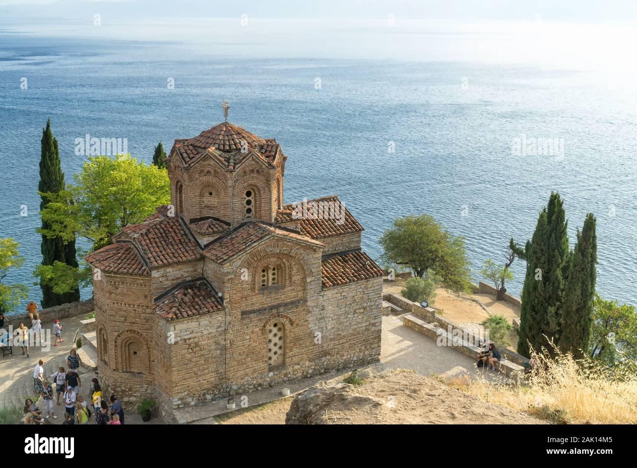 Vue de dessus de la Saint Jean le Théologien, Kaneo église avec Lac Ohrid en arrière-plan, Ohrid, Macédoine, Europe du Nord. Banque D'Images