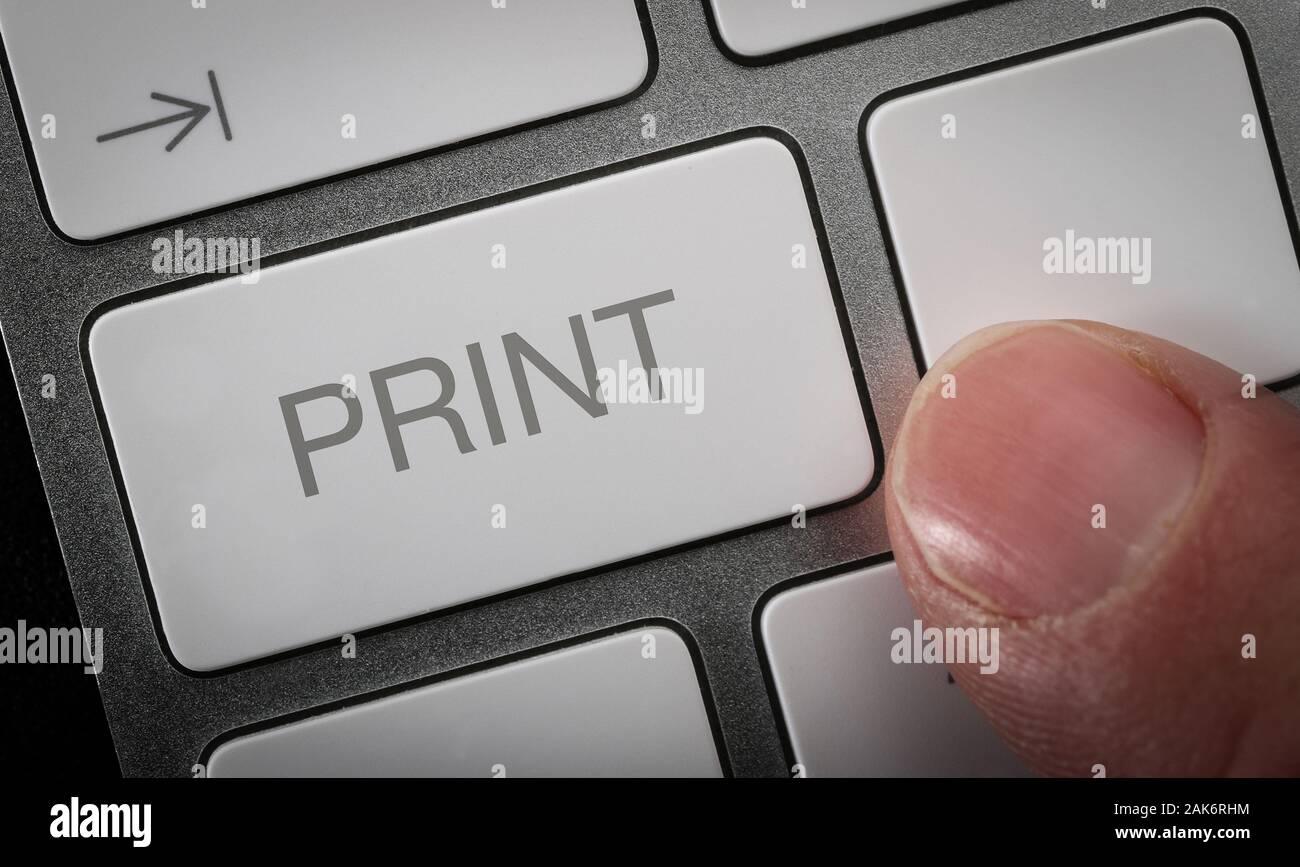 Un homme en appuyant sur print sur un clavier d'ordinateur Banque D'Images