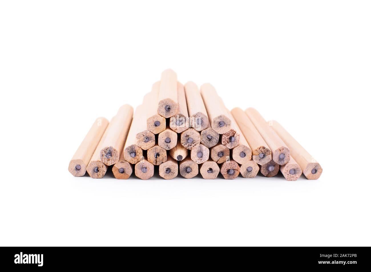 L'un fait une différence. Crayons empilés les uns sur les autres sous la forme d'une pyramide avec une tournée avec la pointe vers l'appareil photo, isolé. Banque D'Images