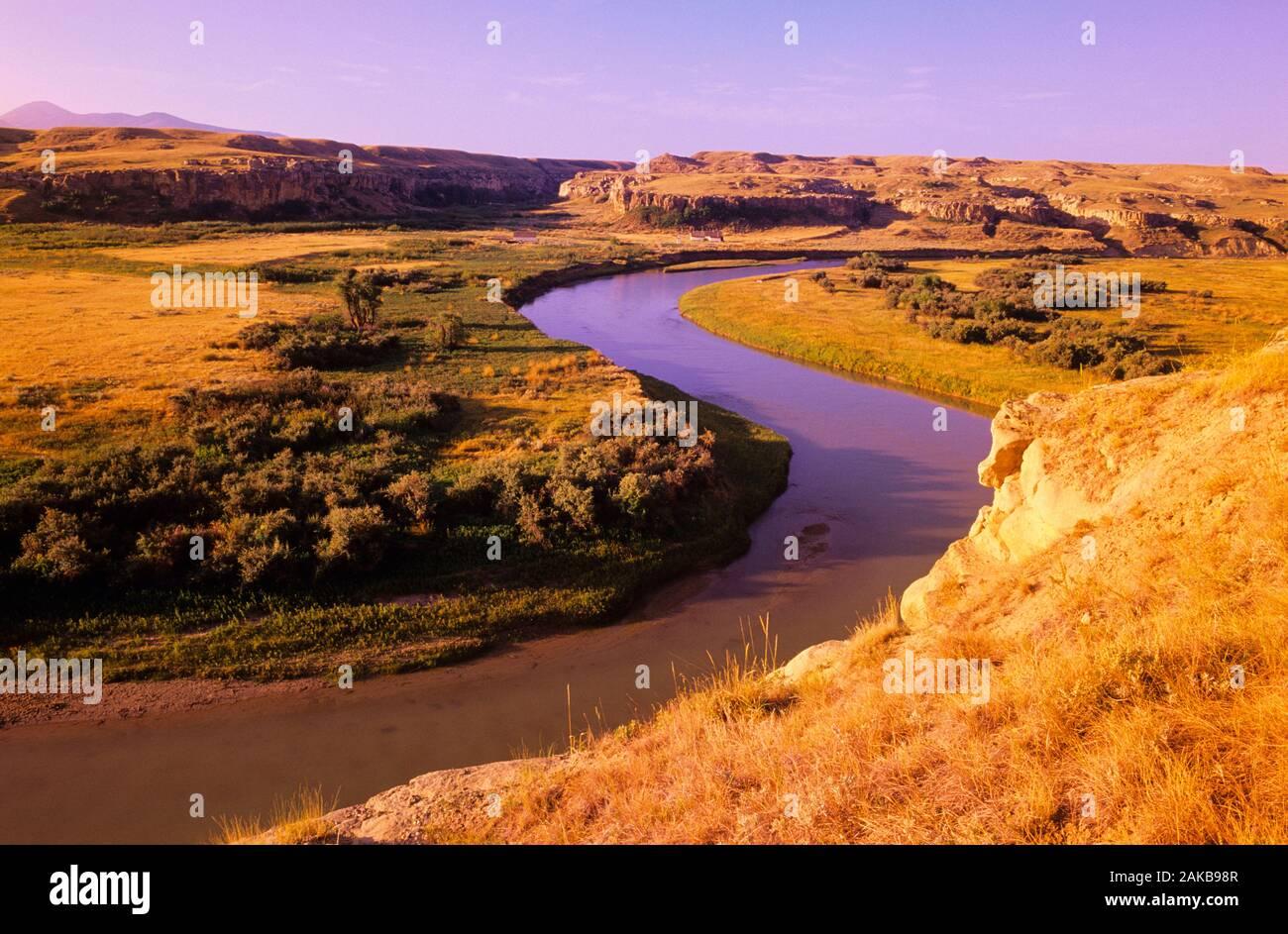Paysage avec rivière de lait, de l'écriture sur pierre Parc Provincial. L'Alberta, Canada Banque D'Images