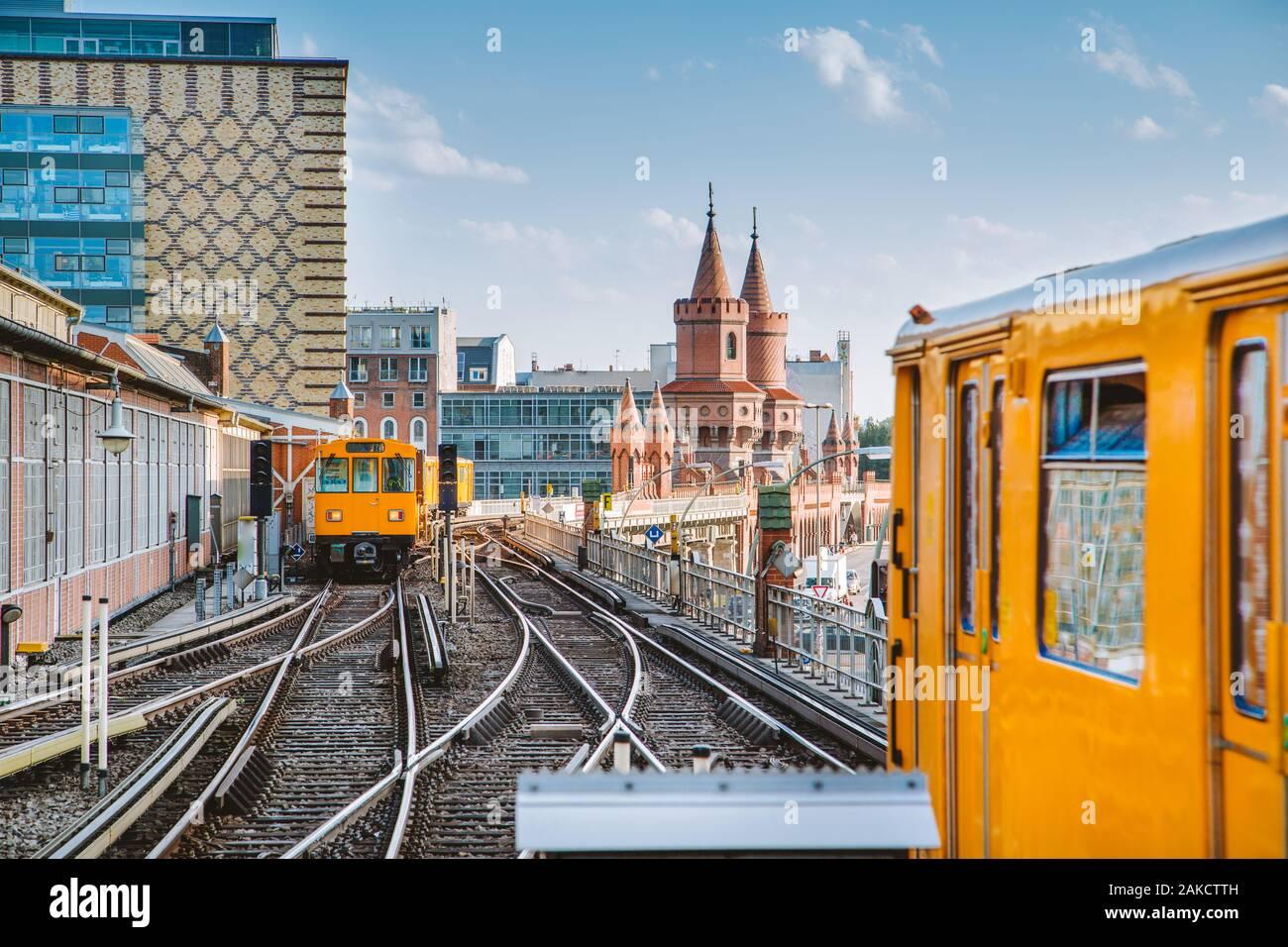 Vue panoramique de Berliner U-Bahn avec Oberbaum Bridge en arrière-plan avec retro style vintage, effet de filtre Berlin Friedrichshain-Kreuzberg Banque D'Images